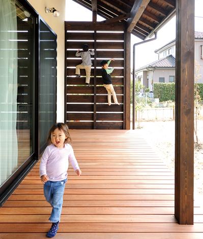 子どもたちのお気に入りは広々デッキ。かけっこや3人揃って壁登りも!