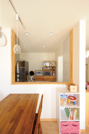 Casa(カーサ)【収納力、趣味、自然素材】奥さまお気に入りの食器棚のサイズに合わせて作ったキッチン。コンセントの位置、カウンターの高さも計算済