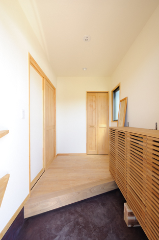Casa(カーサ)【収納力、趣味、自然素材】持ち込みのシューズクロークに合わせて作った玄関。アウトドアグッズを外部に収納することでスッキリ!