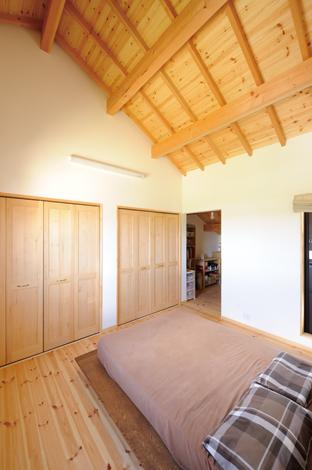 Casa(カーサ)【収納力、趣味、自然素材】コンパクトサイズの主寝室。奥は収納スペース兼書斎