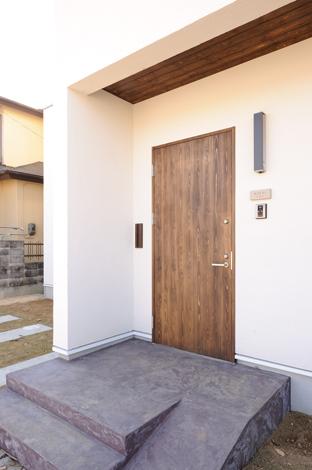Casa(カーサ)【子育て、趣味、自然素材】スロープから自転車を持ったまま出入りできる大きな木製玄関ドアはCasaのオリジナル