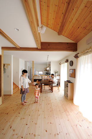 Casa(カーサ)【子育て、自然素材、省エネ】リビング:吹き抜けではなく、勾配天井と大き な窓で開放感を演出した明るいリビ ング。無垢の木の香りと自然素材に 包まれたやさしい空間に家族の笑顔 がこぼれる