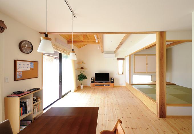 Casa(カーサ)【子育て、自然素材、省エネ】キッチンに立つ奥様の目線から見た開放感 溢れるリビング