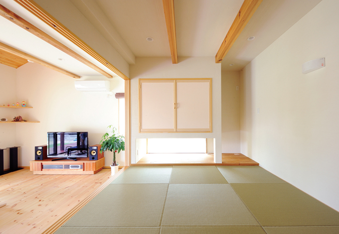 Casa(カーサ)【子育て、自然素材、省エネ】小上がりの和室。 ここから地窓越しに庭石を眺めるのがお気に入り
