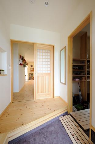 Casa(カーサ)【子育て、自然素材、省エネ】玄関ホールの土間収納は広々3畳で、使い勝 手も抜群