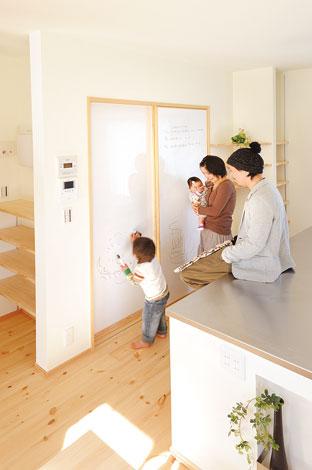 Casa(カーサ)【子育て、趣味、自然素材】洗面室の引き戸全面にホワイトボートを張ったオリジナル 扉。子どもの落書き用やメッセージボードに