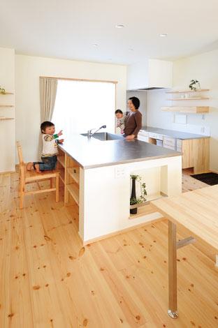 Casa(カーサ)【子育て、趣味、自然素材】奥さまが使いやすいよう機能性&収納力を重視したキッチンはご主 人の自信作。子どもたちがお手伝いしてくれる日もそう遠くないはず