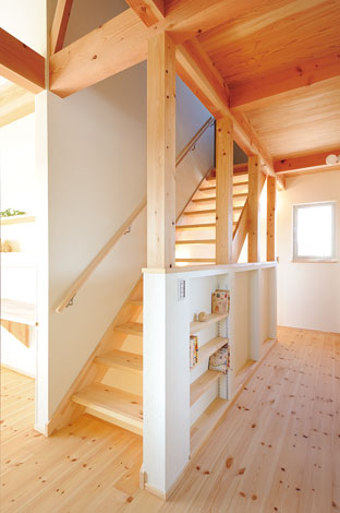 Casa(カーサ)【子育て、趣味、自然素材】廊下の腰壁も本棚に活用。ご主人いわく「壁をムダにしない。棚板一枚にも意味があります」