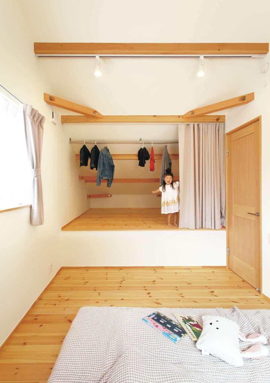 Casa(カーサ)【子育て、収納力、自然素材】リビング真上の寝室は、下階の高天井で押し上げられた部分をクローゼットとして利用。子どもの恰好の遊び場にも