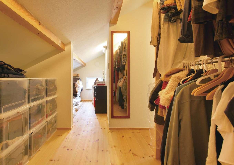 Casa(カーサ)【子育て、収納力、自然素材】勾配天井を活かした大型収納には家族の衣類やご主人の趣味の登山道具、雛人形・寝具など季節ものを収納