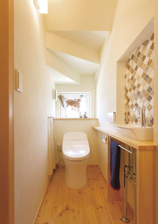 Casa(カーサ)【子育て、収納力、自然素材】階段下を利用したトイレ。同じく階段下に設けた収納には、トイレットペーパーのストックなどが入る