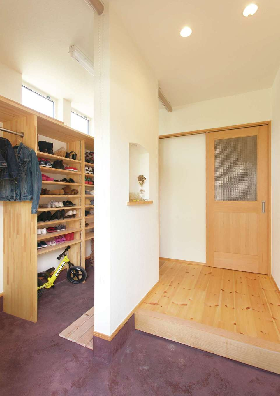 Casa(カーサ)【子育て、収納力、自然素材】2wayの玄関は収納量もたっぷり。壁のニッチがアクセント