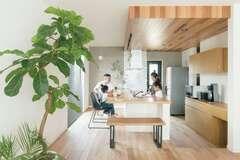 暮らしの真ん中にあるのは 家族が自然と集まるキッチン