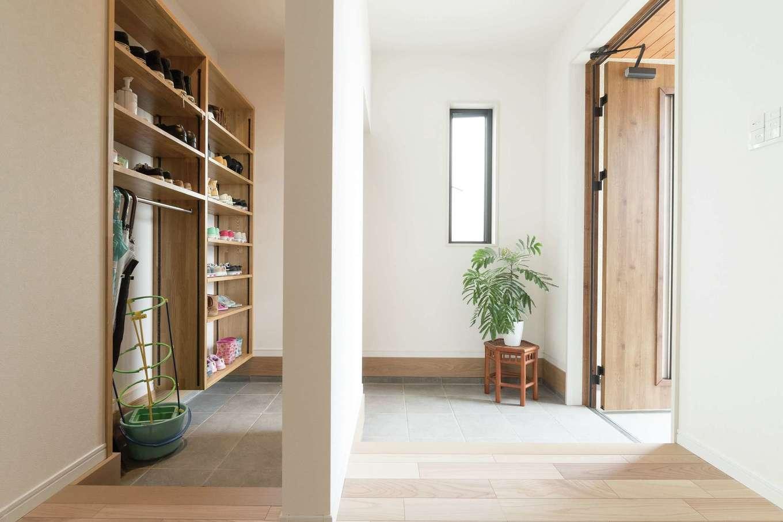 KOUBOU STYLE 建築工房相良【デザイン住宅、子育て、間取り】家族みんなの靴などをたっぷり収納できる2ウェイの玄関。脱ぎっぱなしの靴も、吊り戸を閉めればすっきり