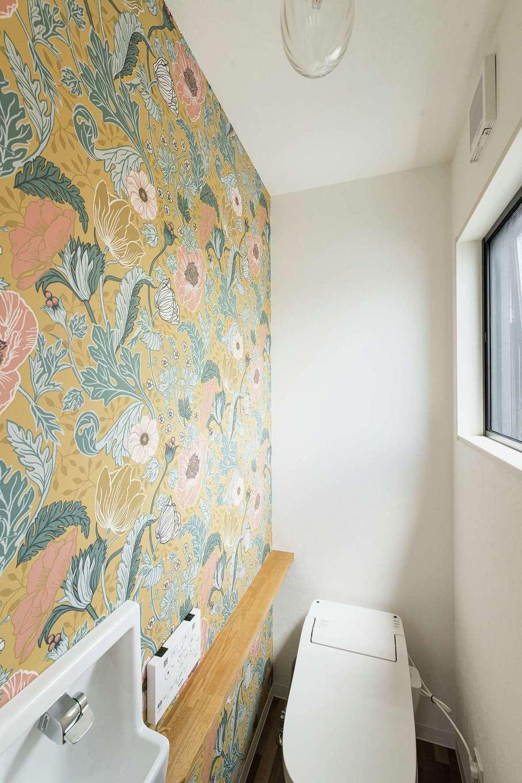 KOUBOU STYLE 建築工房相良【デザイン住宅、子育て、間取り】2階トイレにはスウェーデンのデザイナー、ハンナ・ヴェンデルボの壁紙を採用し、おしゃれな雰囲気に