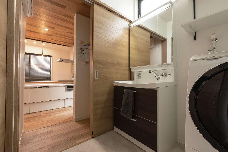 KOUBOU STYLE 建築工房相良【デザイン住宅、子育て、間取り】洗面室はキッチンや玄関ホールとつながる回遊できる間取り。パントリーや階段下収納を備え、収納力も抜群