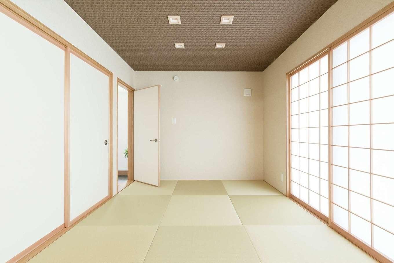 KOUBOU STYLE 建築工房相良【デザイン住宅、子育て、間取り】小上がりになった和室は玄関とつながり、リビングを通らず客人を迎えられる