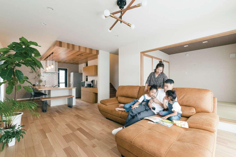 KOUBOU STYLE 建築工房相良【デザイン住宅、子育て、間取り】カウンターキッチンがあるのでダイニングテーブルは置かず、さらにテレビを壁掛けにすることで、リビングはすっきり。家具はソファーだけだから掃除も楽ちん。隣接する和室の襖を開け放てば、開放感がアップ