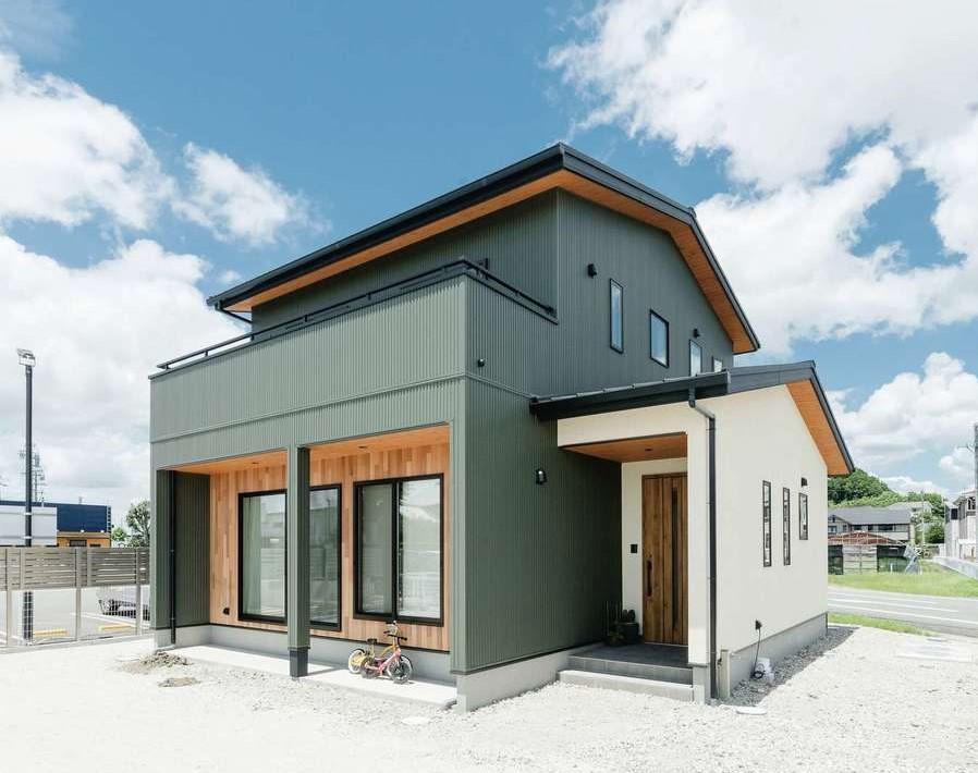 KOUBOU STYLE 建築工房相良【デザイン住宅、子育て、間取り】南面にあしらったレッドシダーやガルバリウム、塗り壁を組合せたモダンな外観