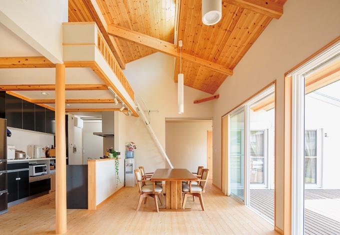 KOUBOU STYLE 建築工房相良【自然素材、省エネ、平屋】ウッドデッキとLDKはひと続きに、窓も2カ所につけることで、数字以上の広がりを実現。キッチンはアイランド型を採用し、人がたくさんあつまっても、余裕の動線を保てるのがうれしい