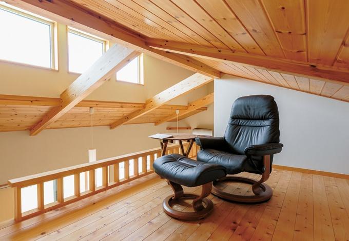 KOUBOU STYLE 建築工房相良【自然素材、省エネ、平屋】キッチン上部のロフト。家族の気配を感じつつ、ご主人がゆっくりリラックスできる。隠れ家のような雰囲気。遊び心をくすぐる