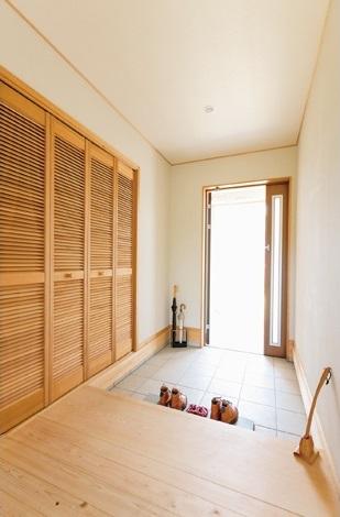 KOUBOU STYLE 建築工房相良【自然素材、省エネ、平屋】玄関収納は右手壁面に配し、タタキはスッキリと。玄関外の右手がウッドデッキとなっている