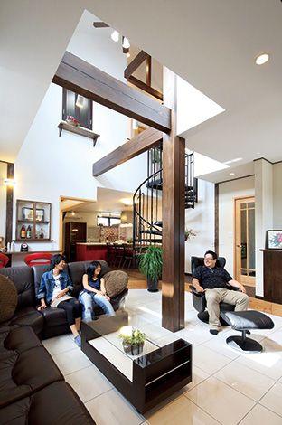 八寸柱とらせん階段が吹抜け空間を華やかに繋ぐ