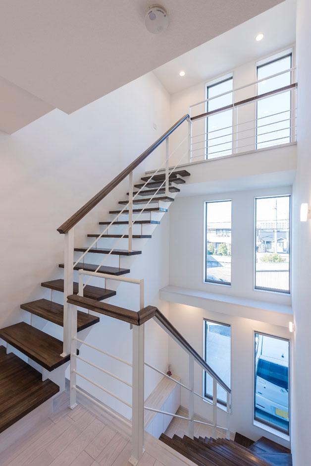 玄関ホールから続く階段は、3階までの吹き抜けに。北側に面しているが、各階に窓を大きく取っているので採光も申し分なし