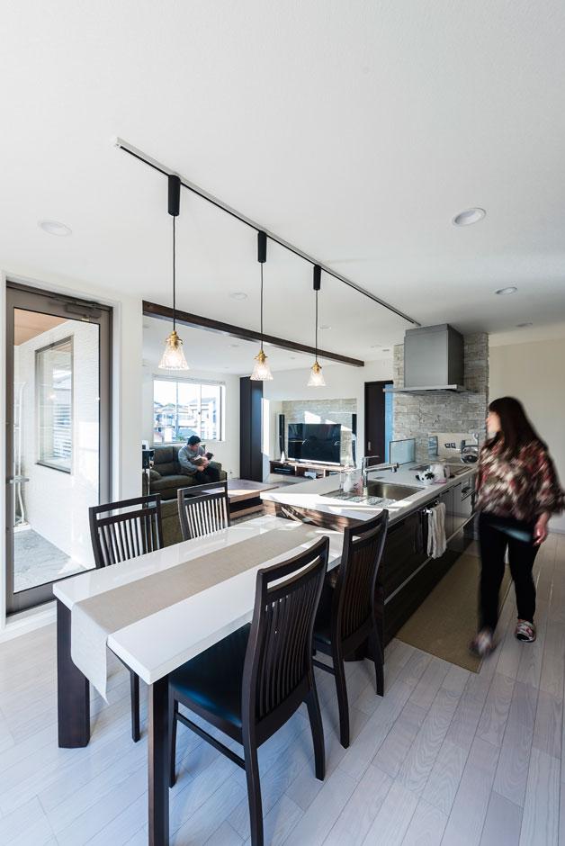 キッチンダイニングとリビングは、一体感がありながら空間を緩やかに区切りる配置に。ダイニングテーブルはキッチンに横付けして、配膳や後片付けに便利な動線に