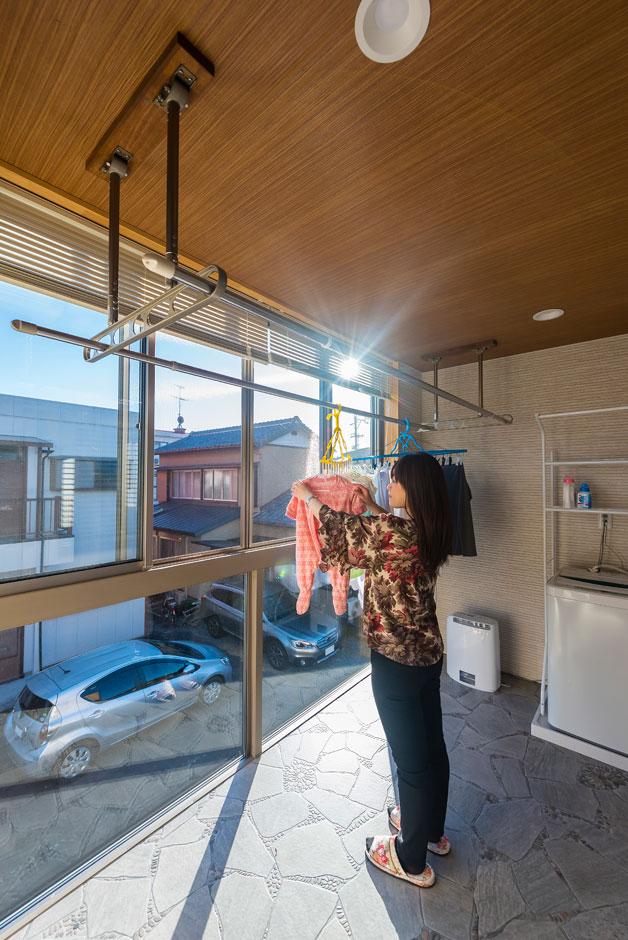 陽当たりのいい南側に設けたサンルーム。洗濯機も設置し、天気に左右されず洗濯物を干せるので、奥さまも安心。気密性も確保されているので、陽射しのない日でも小型の乾燥機一台でしっかり乾く