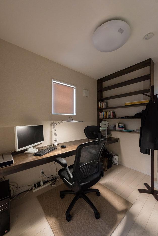ご主人のリクエストは、仕事に必要な勉強や調べ物をするために使い勝手のいい、大きなデスクのある書斎。棚も造作されているので、資料や書籍もたっぷりと収納できる