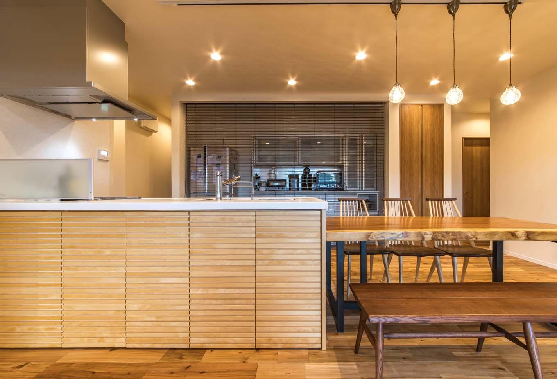 料理好きの奥さまのお気に入りは、ゆとりのスペースを確保したキッチン。背面の収納は冷蔵庫からキッチン家電まで収納し、必要時以外は木製ブラインドで目隠し。オープンキッチンのカウンター下は収納を造作した