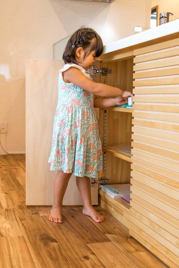 既存のキッチン台は、リビング側のカウンターの下に、『建築工房相良』が収納スペースを造作した。リビングで使うさまざまな雑貨類はもちろん、電話とインターネットのモデムもすべてこの隠す収納に収まっている