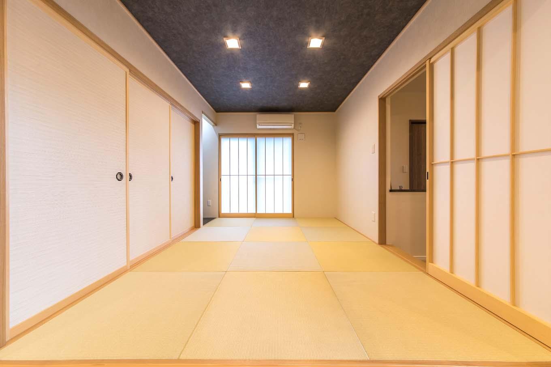 リビングから小上がりで繋がる和室。玄関側にも出入り口を設けているので、リビングを通さずに来客を案内することもできる