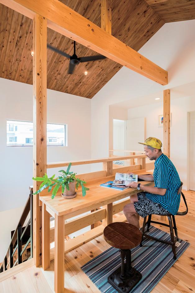 アトラス建設【デザイン住宅、趣味、自然素材】階段を上がったホールはご主人の趣味スペース。LDKや寝室の気配も感じられる
