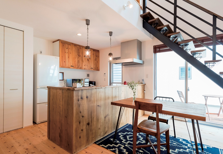 アトラス建設【デザイン住宅、趣味、自然素材】カウンターには海外の古材を。メーカー製をアレンジした木の食器棚など、「ヴィンテージ」と「使い勝手」を見事に両立させたキッチンまわり