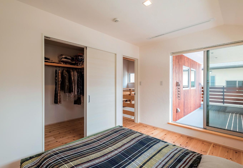 アトラス建設【デザイン住宅、趣味、自然素材】寝室とつながる広めバルコニーは木の壁がアクセントに。窓横の漆喰の壁はM夫妻自らが塗装した