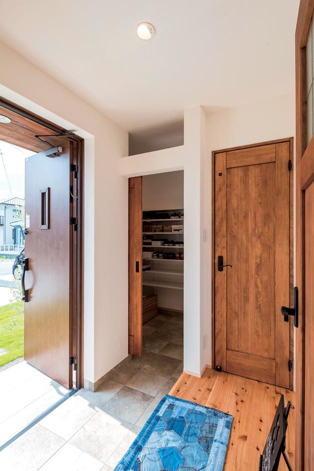 アトラス建設【デザイン住宅、趣味、自然素材】玄関には広めのクローク。無垢のドアは既製品を活用してアレンジしコストを抑えた