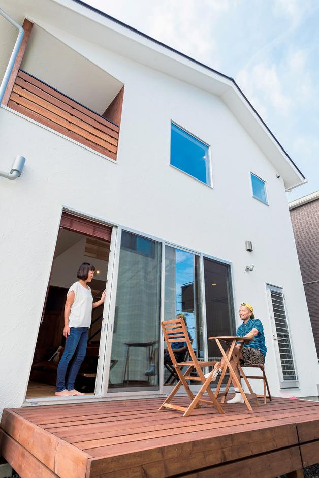 アトラス建設【デザイン住宅、趣味、自然素材】休日の昼にはさわやかな風に吹かれながらウッドデッキで食事を楽しむことも