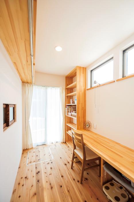 アトラス建設【子育て、自然素材、省エネ】キッチンの裏手に設けられた家事室。洗濯機のある洗面室から直接アクセスできるので、漆喰の除菌・調湿効果を利用した室内干しも容易に行える。家事室を含めた水回りの動線は、仕事を持つ奥さんの家事負担を軽減させるよう設計されている