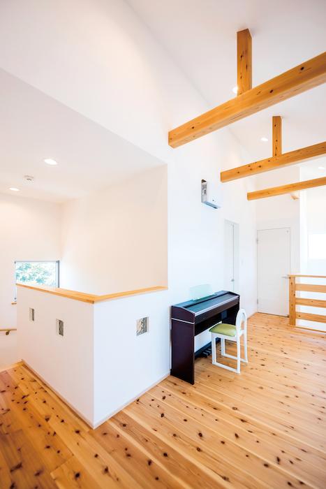 アトラス建設【子育て、自然素材、省エネ】2Fの南側にはフリースペースを配置。勾配天井を採用し、開放的な空間を実現した。リビングにつながる吹抜けを通して、いつも家族の気配が感じられる