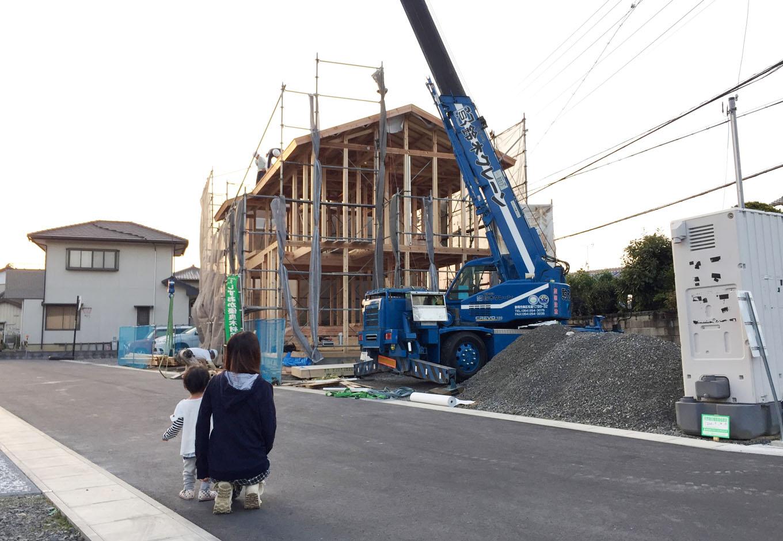 アトラス建設【子育て、自然素材、省エネ】構造材には「しずおか優良木材」の認定を受けた富士ヒノキを使用。静岡県産の良い木材を使うことも、同社の標準仕様。ご主人いわく「上棟の時はうれしくて暗くなるまで現場にいました」とのこと。家づくりの過程もしっかり楽しんだようだ