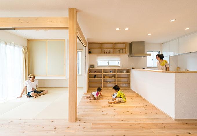 アトラス建設【子育て、和風、自然素材】和室とLDKは、天井のつながりを見せることで空間の広がりを演出。来客時にはロールスクリーンで仕切ることもできる。畳は、デザイン性があり、強度もある「和紙畳」を採用