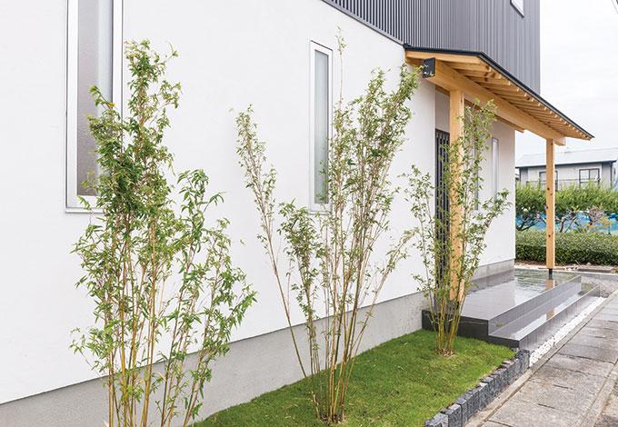 アトラス建設【子育て、和風、自然素材】『和』のやすらぎを感じさせる木の軒天が、人をあたたかく迎える玄関。真っ白な塗り壁とのコントラストが美しい