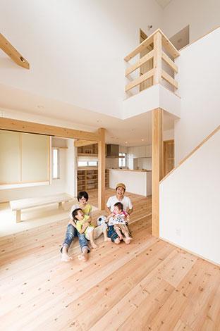 アトラス建設【子育て、和風、自然素材】床には幅広の「秋田杉」を無塗装で。 壁は「漆喰珪藻土」。「富士ひのき=しずおか優良木材」の柱も存在感たっぷり。M邸では、すべての居室、トイレ洗面等の水回りも含め、壁と天井は「すべて漆喰珪藻土」、床は「すべて杉の無垢フロア」でつくられている