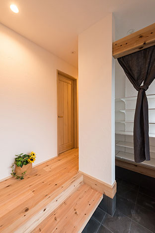 アトラス建設【子育て、和風、自然素材】玄関の「土間収納」は充分な広さを確保。あわせて、調湿と消臭の効果が高い漆喰珪藻土の壁が、「嫌な臭いや湿気を吸収・分解」してくれる