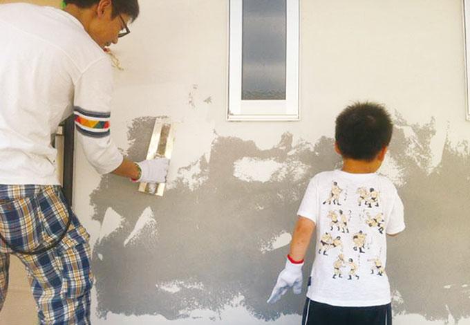 アトラス建設【子育て、和風、自然素材】家族で外壁の一部を塗装。「長男の楽しそうな笑い声が心に残りました」とご主人。自分たちも参加した家づくり、「コストダウン効果」だけでなく、「ステキな思い出」になった