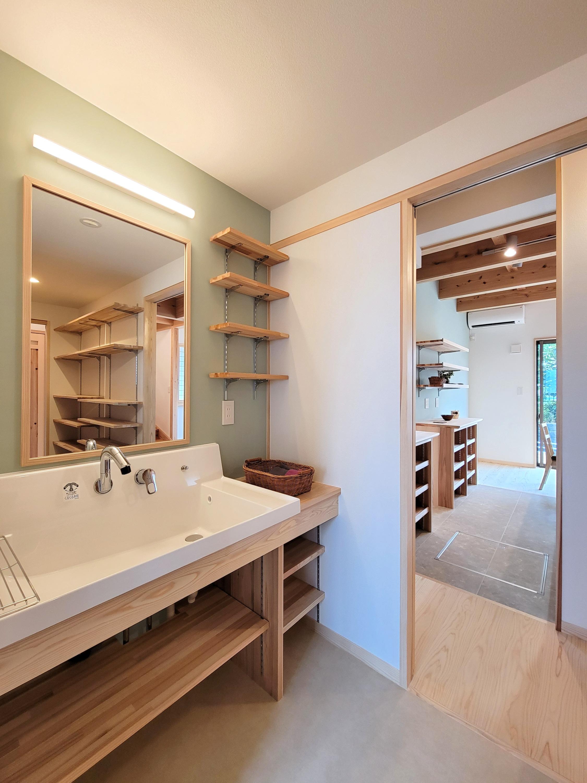 キッチン脇のパントリー内に設けた洗面化粧台