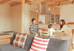 自然の光と緑に包まれる回遊式キッチン&スッキリ収納の住まい