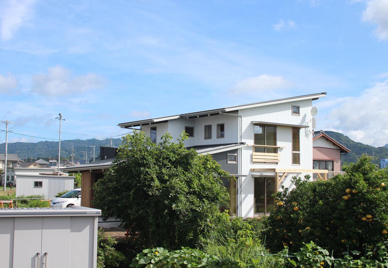 アクトホーム(木の住まいづくり研究所)【収納力、自然素材、間取り】長い軒の出と、高性能断熱材&遮熱ガラスにより、夏場の日射遮蔽が可能に